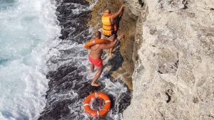 В Черноморском районе туристка застряла на скале над морем